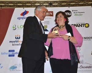 Cristina Gallart recibe el premio empresa en los últimos galardones de Literanos del Año