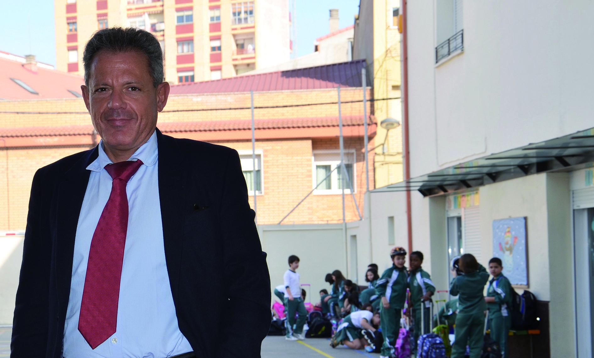 Xavier Fernández, un profesor en la gestión del colegio