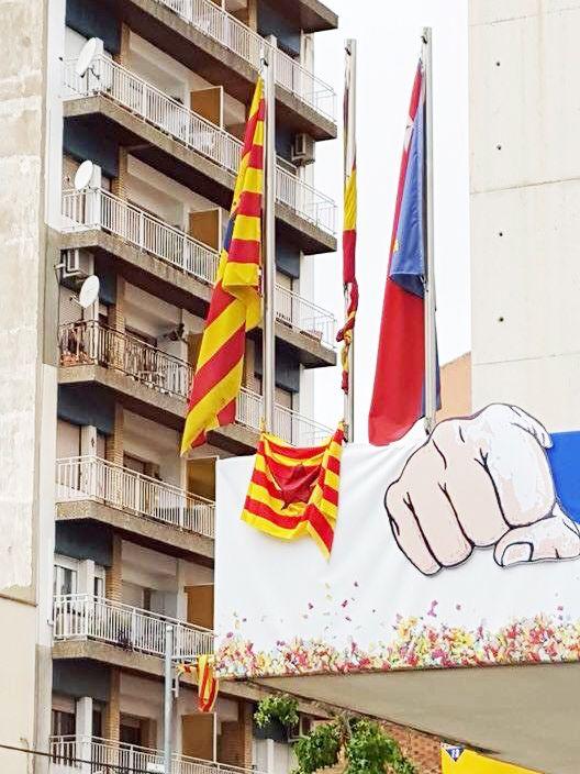 El Ayuntamiento de Binéfar reprueba la colocación de una bandera inconstitucional en el consistorio municipal