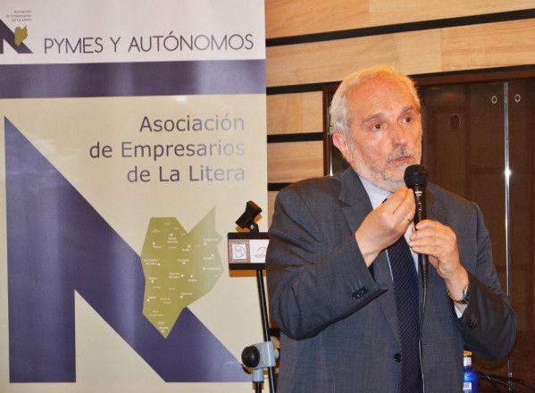 El economista Vicente Salas sienta cátedra en Binéfar