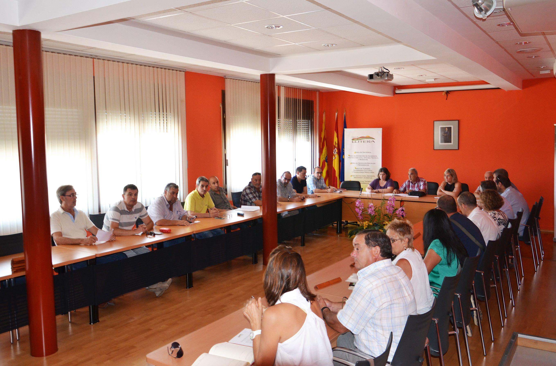 Los veteranos del C.D. Binéfar reciben la felicitación del alcalde y concejal de Deportes